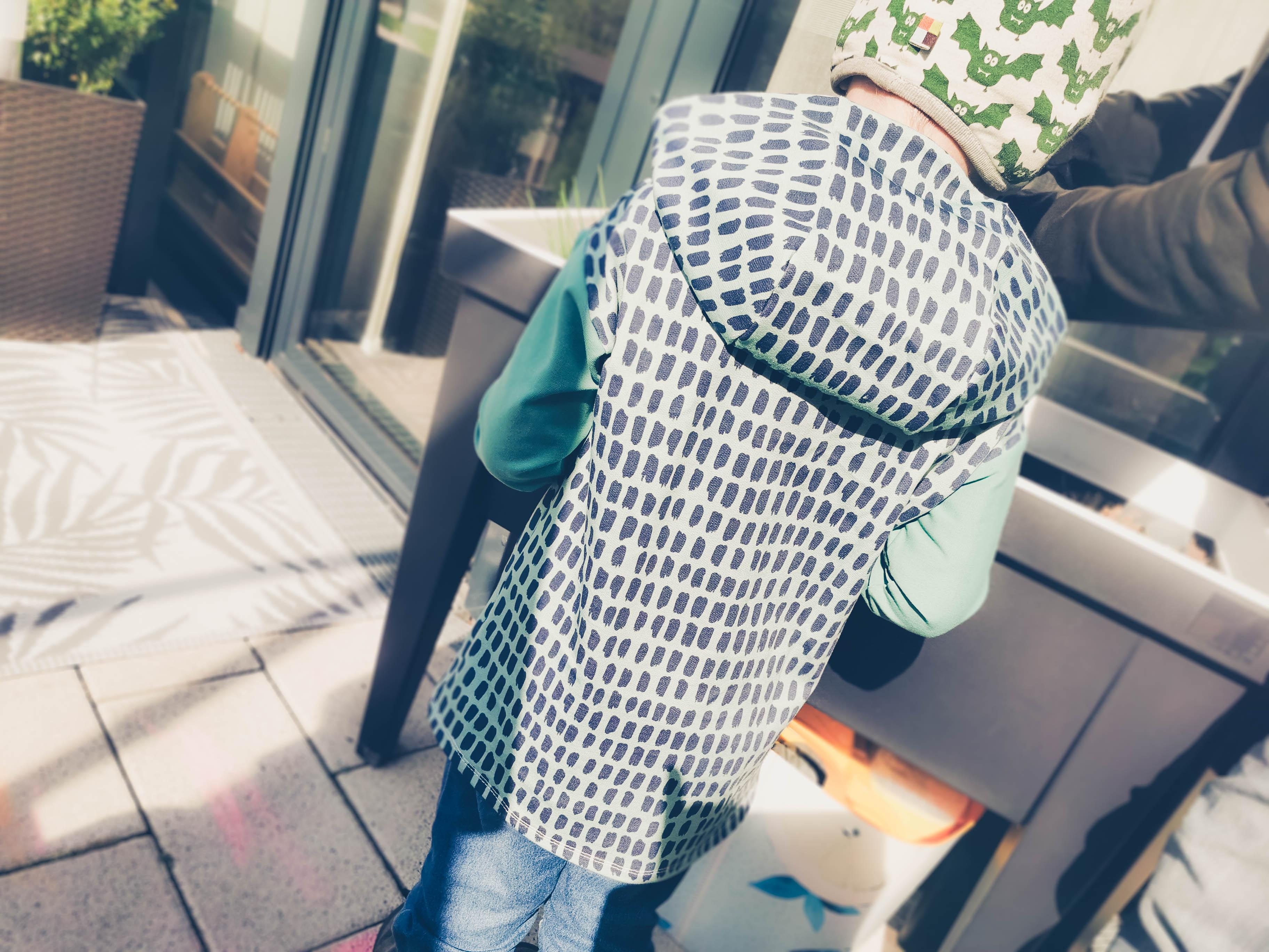 Kind in Longsleeve Mitty mit Kapuze von hinten